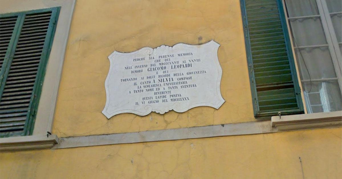 Targa in via Della Faggiola a Pisa che ricorda la composizione della poesia A Silvia da parte di Giacomo Leopardi