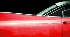Una Cadillac rosso fuoco